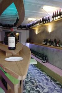 Agape cave degustation vin alcool mazarine odeon paris bouteille bateau