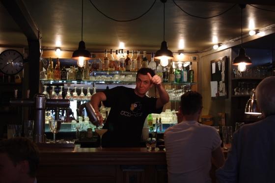 Ce soir là c'est Jérôme, le gérant, qui assure au bar et au service des cocktails. Bonne humeur et amabilité garanties !